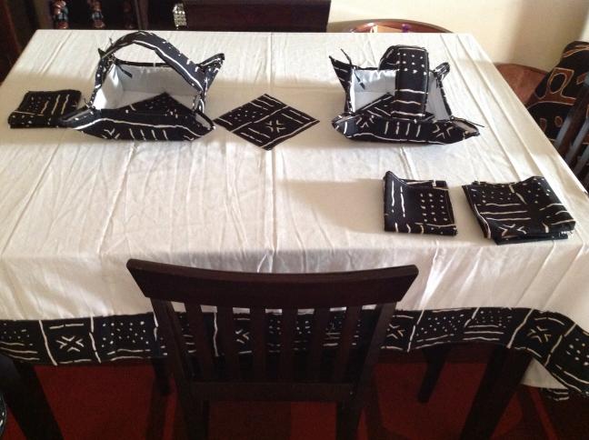 joli ensemble nappe de table awalebiz marketplace. Black Bedroom Furniture Sets. Home Design Ideas