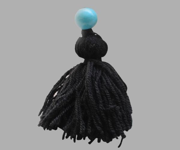 Disponible avec pompon en laine noire et perle bleue turquoise
