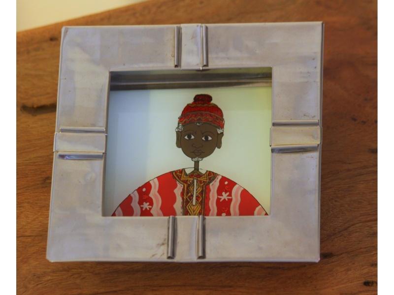 Ashtray / empty pockets under glass character